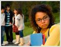 תמונה של קבוצת תלמידים משוחחת. ליד הקבוצה, בצד, תלמידה נוספת. מבטה מהורהר.