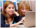 תמונה של שתי תלמידות יושבות מול מחשב
