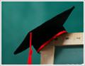 תמונה של כובע שחובשים סטודנטים בטקס הסיום של האוניברסיטה